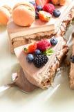 bolo Casa-feito com macaron e fruto fresco, bagas em um fundo claro foto de stock