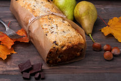Bolo caseiro com peras e chocolate Imagem de Stock Royalty Free