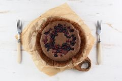 Bolo caseiro da baga Sobremesa Siberian saudável com cereja de pássaro f Fotografia de Stock Royalty Free