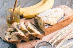 Bolo caseiro da banana em um fundo de madeira Imagens de Stock