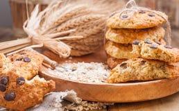 Bolo caseiro da farinha de aveia para cookies do café da manhã com chocolate em uma placa de madeira e um ramalhete das orelhas d foto de stock royalty free