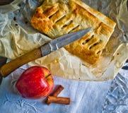 Bolo caseiro do strudel com maçãs e canela imagens de stock royalty free