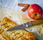 Bolo caseiro do strudel com maçãs e canela Fotos de Stock Royalty Free