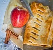 Bolo caseiro do strudel com maçãs e canela fotos de stock
