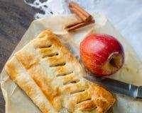 Bolo caseiro do strudel com maçãs e canela Imagem de Stock Royalty Free
