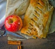 Bolo caseiro do strudel com maçãs e canela Imagem de Stock