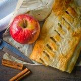 Bolo caseiro do strudel com maçãs e canela foto de stock