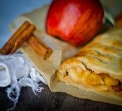 Bolo caseiro do strudel com maçãs e canela foto de stock royalty free