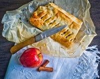 Bolo caseiro do strudel com maçãs e canela fotografia de stock royalty free