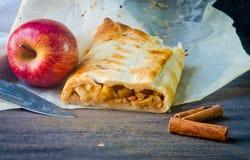 Bolo caseiro do strudel com maçãs e canela fotografia de stock