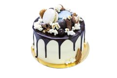 Bolo caseiro saboroso com chocolate sobre o fundo branco Imagem de Stock