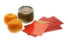 Bolo chinês do ano novo, laranjas e pacotes vermelhos Fotografia de Stock