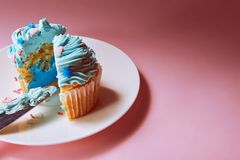 Bolo com creme azul para dentro Foto de Stock Royalty Free