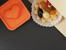 Bolo com creme da manteiga e fruto e cora??o fotos de stock royalty free