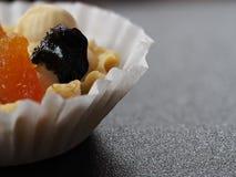 Bolo com creme e fruto da manteiga no papel de envolvimento branco fotografia de stock royalty free