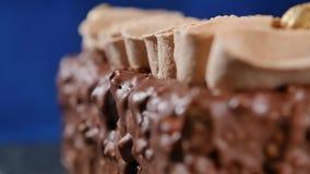Bolo com creme e porcas Bolo de chocolate com porcas e pedaços de chocolate Queque do caramelo do chocolate com porcas e filme
