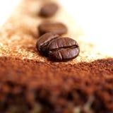 Bolo com feijões de café fotos de stock royalty free