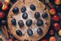 Bolo com fruto, vista superior Torta com ameixas e maçãs em uma tabela de madeira fotografia de stock