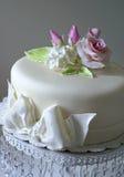 Bolo com rosas do açúcar Fotos de Stock Royalty Free