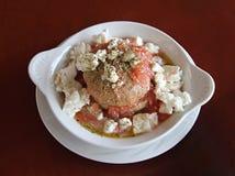 Bolo com tomates, alcaparras e queijo de feta que encontra-se em uma bacia Fotografia de Stock
