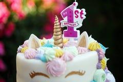 Bolo com um unicórnio para 1 aniversário, um feriado das crianças na natureza fotografia de stock royalty free