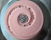 Bolo cor-de-rosa coberto com o velor do chocolate Imagens de Stock