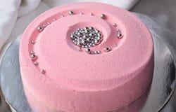 Bolo cor-de-rosa coberto com o velor do chocolate Fotos de Stock Royalty Free