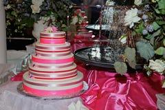 Bolo cor-de-rosa de luxe imagem de stock