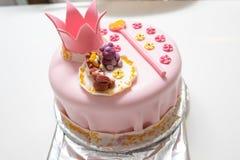 Bolo cor-de-rosa de uma princesa pequena com figuras de uma coroa e do animal Criança de um ano do aniversário Conceito do feriad imagem de stock royalty free