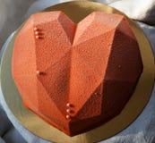 bolo Coração-dado forma coberto com o velor do chocolate Imagens de Stock Royalty Free