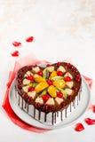 bolo Coração-dado forma com bagas e frutos em uma placa imagem de stock royalty free