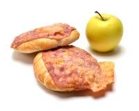 Bolo cozido com bacon, queijo e a maçã verde Imagem de Stock