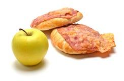 Bolo cozido com bacon, queijo e a maçã verde Fotografia de Stock