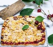 Bolo cozido com cerejas e esmigalhado imagens de stock royalty free