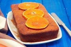 Bolo da abóbora com a laranja no prato branco no fundo de madeira Imagem de Stock Royalty Free