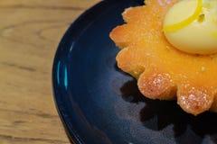 Bolo da amêndoa do limão na forma da flor fotografia de stock royalty free