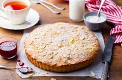 Bolo da amêndoa e da framboesa, galdéria de Bakewell Pastelaria britânica tradicional Fundo de madeira imagens de stock royalty free