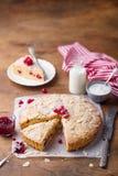 Bolo da amêndoa e da framboesa, galdéria de Bakewell Pastelaria britânica tradicional Fundo de madeira Copie o espaço imagens de stock royalty free