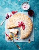 Bolo da amêndoa e da framboesa, galdéria de Bakewell Pastelaria britânica tradicional Fundo para um cartão do convite ou umas fel fotos de stock