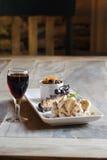 Bolo da banana e vinho de sobremesa Imagem de Stock Royalty Free