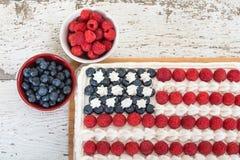 Bolo da bandeira americana com mirtilos e framboesas Imagens de Stock Royalty Free