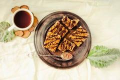 Bolo da barra de Granola com caramelo e chocolate da data Petisco doce saudável da sobremesa Barra de granola do cereal com porca imagem de stock