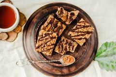 Bolo da barra de Granola com caramelo e chocolate da data Petisco doce saudável da sobremesa Barra de granola do cereal com porca imagens de stock royalty free