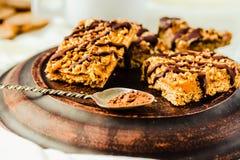 Bolo da barra de Granola com caramelo e chocolate da data Petisco doce saudável da sobremesa Barra de granola do cereal com porca imagens de stock