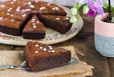 Bolo da brownie do chocolate com ameixas secas Fotos de Stock Royalty Free