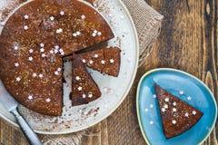 Bolo da brownie do chocolate com ameixas secas Imagem de Stock
