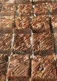 Bolo da brownie misturado com o chocolate, tomado do forno, colocado em uma bandeja pronta para o serviço fotografia de stock royalty free