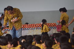 Bolo da cesta para Jasmine Buds School Students Semarang Fotografia de Stock