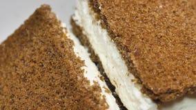 Bolo da cookie do chocolate com souffle do leite Close-up da sobremesa vídeos de arquivo