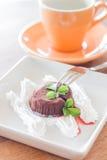 Bolo da lava do chocolate com o copo da forquilha e de café Fotografia de Stock
